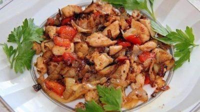 Тушеное куриное филе с овощами: