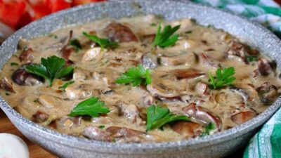 Куриная печень с грибами и сливками