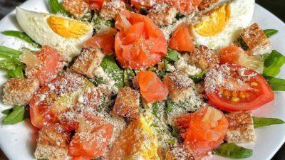 Цезарь с лососем и пармезаном – идеальное сочетание