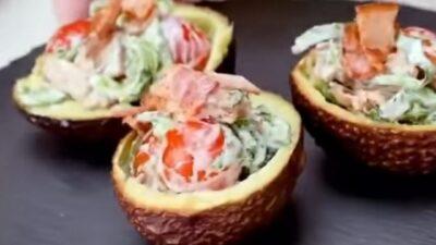 Авокадо с салатным миксом
