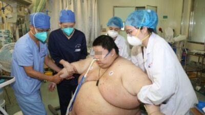 26-летний китаец Чжоу стал самым толстым человеком в Ухане, после того как набрал 100 кг во время 5-месячного карантина, его вес 280 кг и это ужас