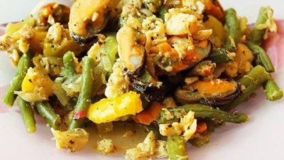 Соте из морепродуктов и овощей.