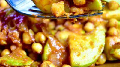 Тёплый салат из кабачков с нутом