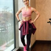 Тина Канделаки усердно занимается спортом и следит за своим телом, молодец
