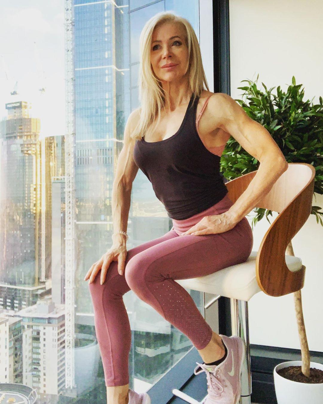 Лесли Максвелл — 64-летняя бабушка, но это не мешает ей быть супер-мускулистой!