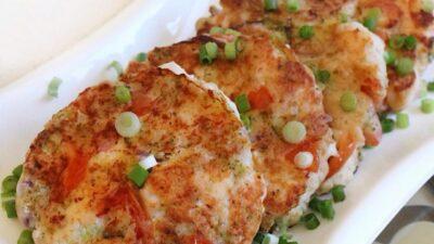 Куриные оладьи с брокколи, помидорами и сыром