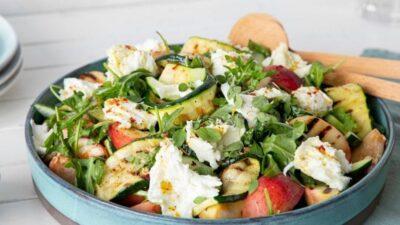 Летний салат с персиками и цукини