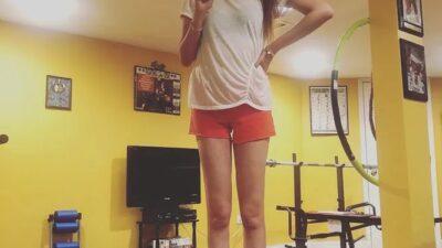 «Я люблю шорты и каблуки»: девушка с рекордно длинными ногами