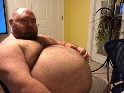 Чтобы живот был круглым и большим, мужчина ежедневно потребляет до 10 тысяч калорий.